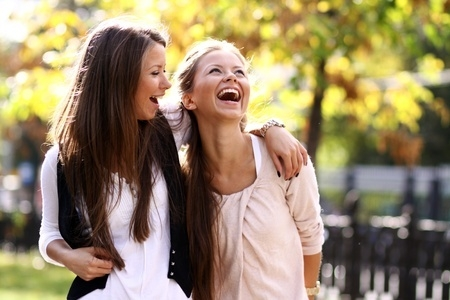 zwei Frauen mit viel Spaß beim gemeinsamen Freundinnen Shooting