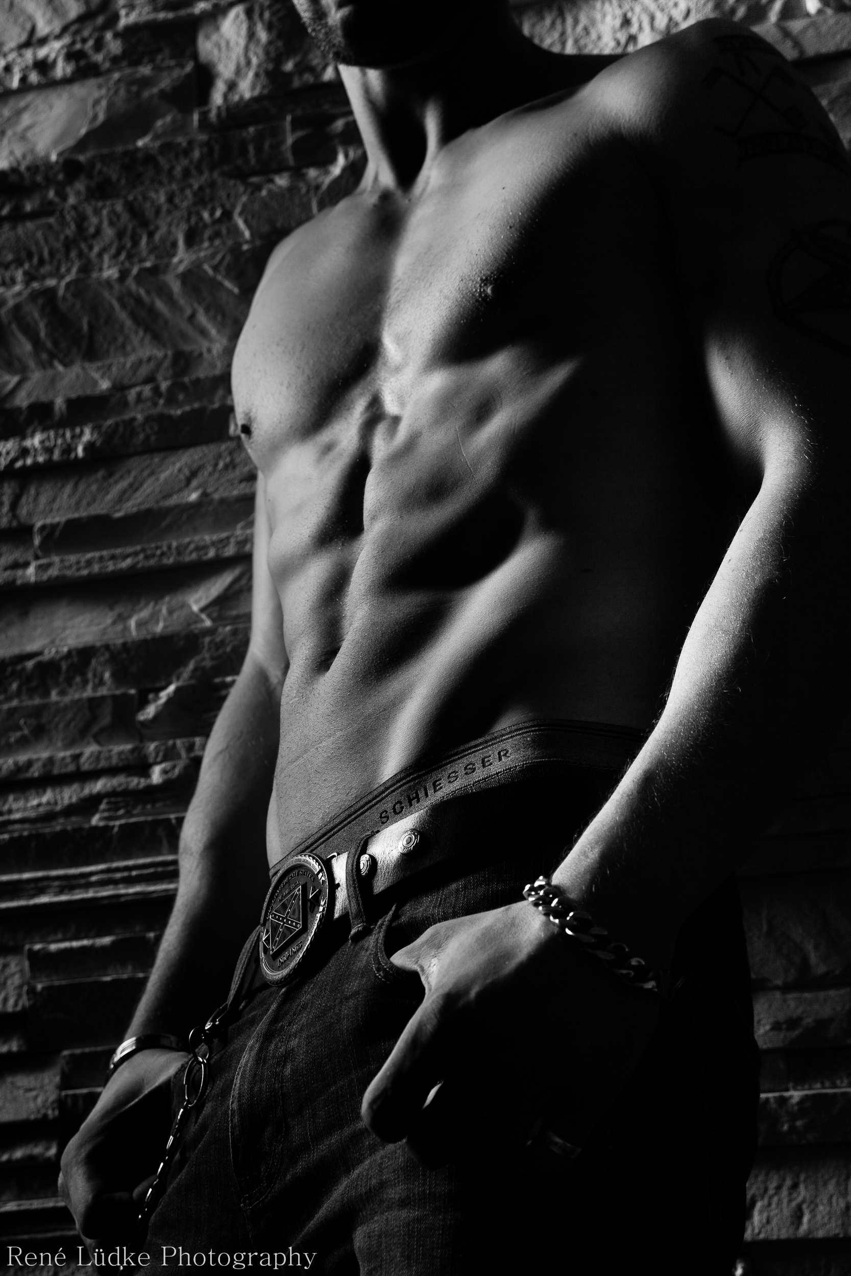 Male Model beim Fotoshooting, bei dem der Körper im Fokus steht