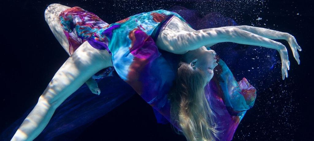 Frau im Wasser beim Unterwassershooting