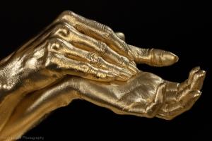 Ausschnitt der Hände, Gold-Bodypainting